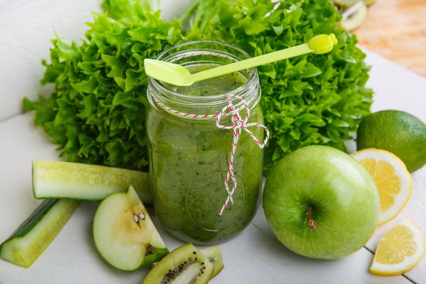 Frisch zubereiteter grüner Smoothie